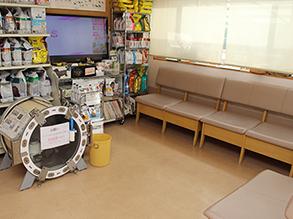 広々とした待合室で雑誌やペットのグッズ、また療法食の試供品も置いてあります。